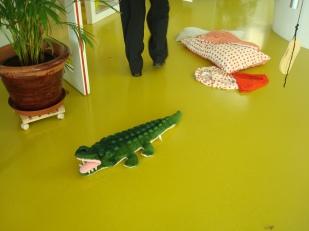Играчки на пода