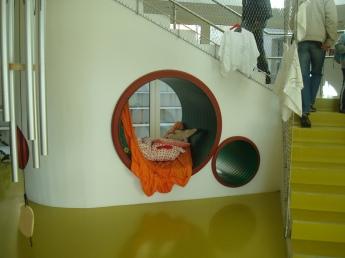 Стълбата за горния етаж е и място за игра и почивка, както и за криеница