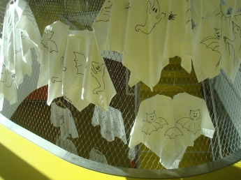 Стълбата е опакована от метална мрежа, с цел безопасност, но и се използва като декоративен елемент - в случая висят на закачалки група от призраци - бели фанелки