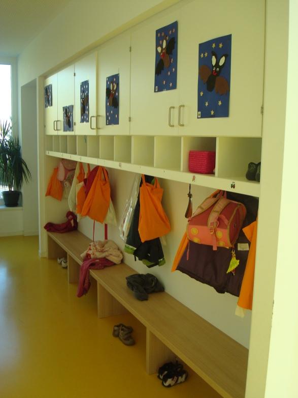 Индивидуални лични пространства - шкафчета за дрешки, обувки, ранички. Всяко дете си има свое персонално място, където може да съхранява лични вещи, научава се да го пази (самостоятелност, ред и дисциплина) или да се усамоти за кратко време