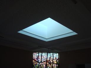 Горно осветление, което се регулира с възможност да се използва повече или по-малко светлина. Общото пространство също е възможно да се използва за сън и следобедна почивка