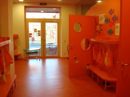 Интериорен поглед - внимание към дизайна, мащаба и цветовото решение. При влизане отвън, тук децата се преобуват и преобличат.