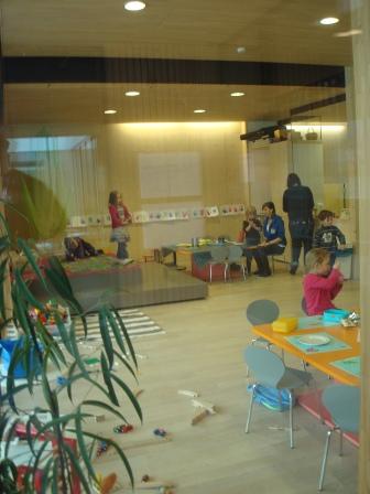 Интериорен поглед - широко използване на стъкло и дърво (прозрачност и топлина)