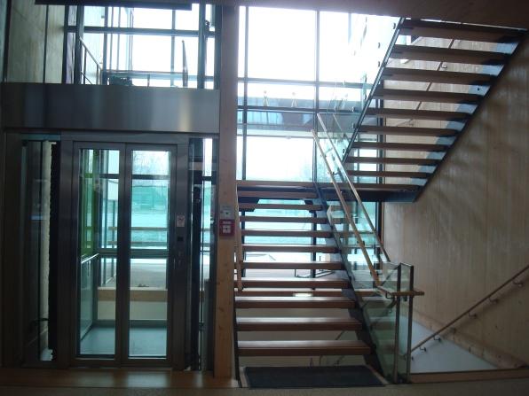 Интериорна стълба и асансьор за горния етаж
