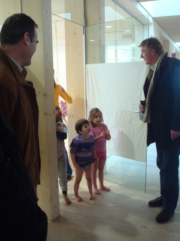 Децата ходят боси, а навън е доста студено - подът в пасивната сграда също е топъл