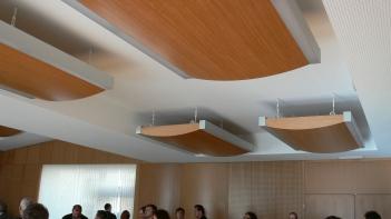 Акустични панели по тавана (от дърво) в музикална зала