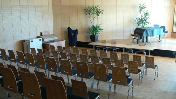 Залата, поглед от местата за сядане към сцената