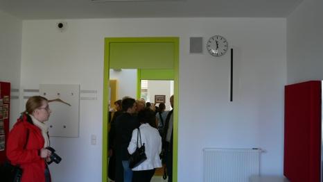 Класна стая - виждат се вентилационните отвори (горе вляво за подаване на свеж въздух; вертикален отвор вдясно за изхвърляне на отработен въздух от стаята и преминаването му през коридорите до санитарните помещения, откъдето се засмуква)